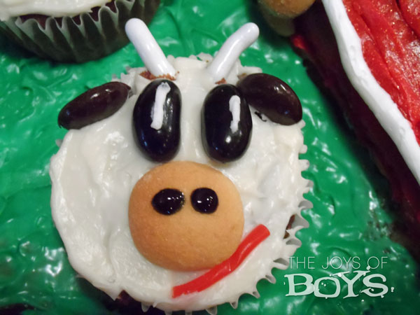 Cow cupcake for farm cake
